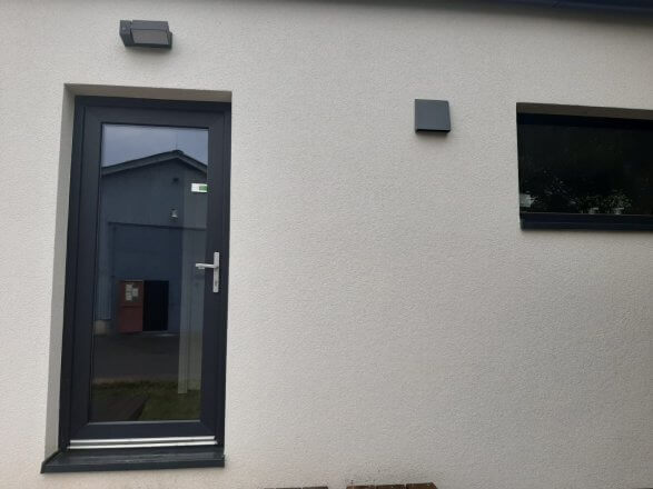 Venkovní kryt rekuperace SEVi 160 na fasádě rodinného domu Easy Homes Solution